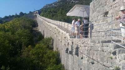 Auf den Mauern von Ston spazieren gehen