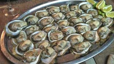 Rohe Austern serviert