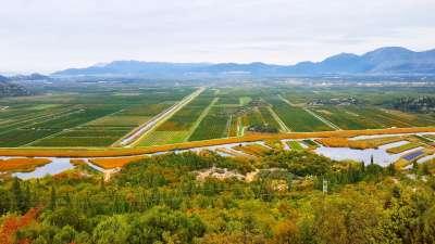 canales entre los campos en el delta de Neretva