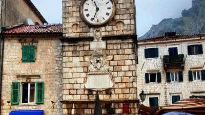 Torre del reloj medieval en Kotor