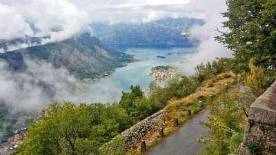 hermosa mezcla de montañas, mar y vegetación en Montenegro